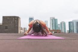Какой коврик для йоги лучше выбрать? Виды йога-матов и обзор производителей